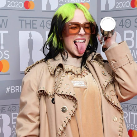 Billie Elish usando Tiffany & Co. en la alfombra roja de los Brit Awards